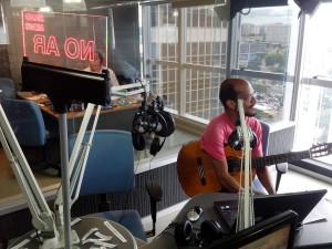 Leandro Morais nos estúdios da Band News FM Brasília